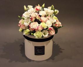Šventinės vietos puošimas gyvų gėlių dėžutėmis ir ne tik.
