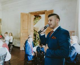 Ovidijus Lieponis. Grojantis gitara ir dainuojantis vedėjas.