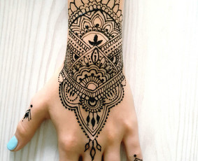 Chna (henna) rytietiški piešiniai ant kūno