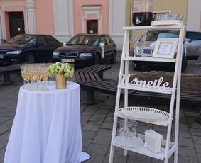 Šventinis šampano ir momentinio fotoaparato staliukas