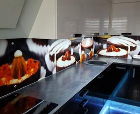 Stiklo sienelė virtuvėje su foto vaizdu
