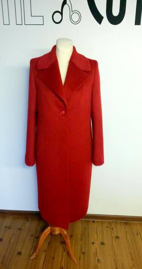 Pagal individualius matmenis sukurtas ir pasiūtas demisezoninis paltas su pūkeliu
