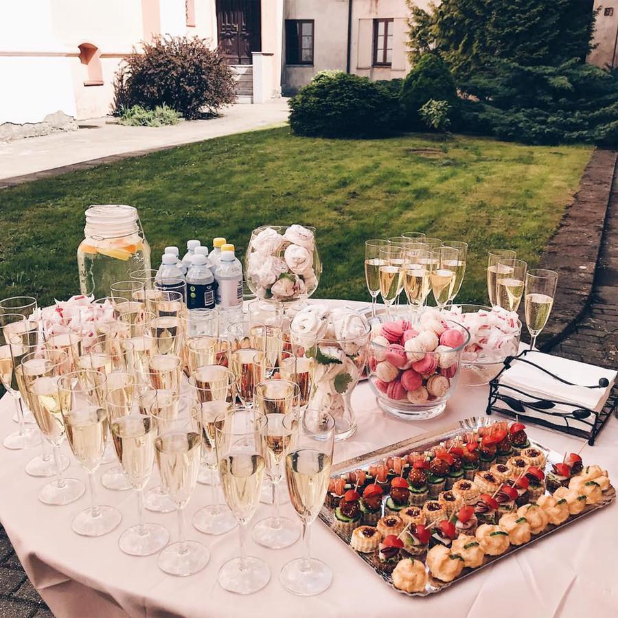 Atvykstame 30 min iki ceremonijos, suruošiame staliuką. Kol jūs būnate tuokiami išdėstome Jūsų užkandžius, išpilstome šampaną. Pasitinkame, aptarnaujame ir sutvarkome po atšventimo.