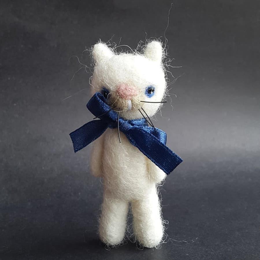 Veltas baltas kačiukas- segė Aukštis- 7 cm.