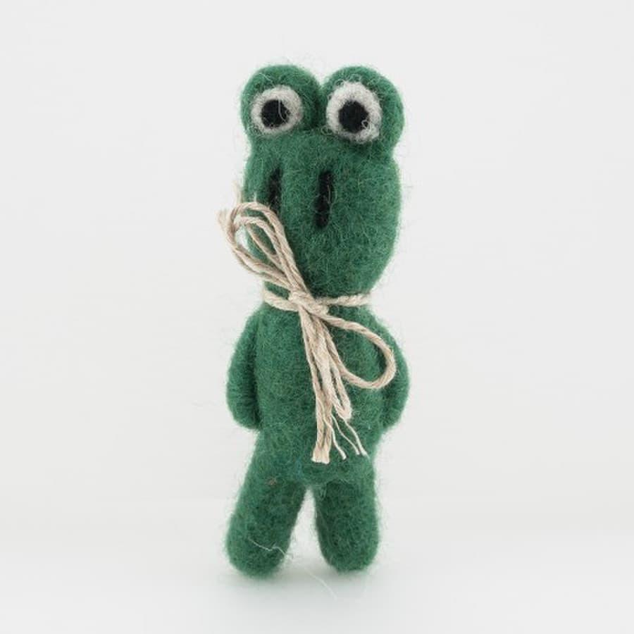 Veltas žalias varliukas- segė. Su lininiu bantuku  Aukštis- 7 cm.