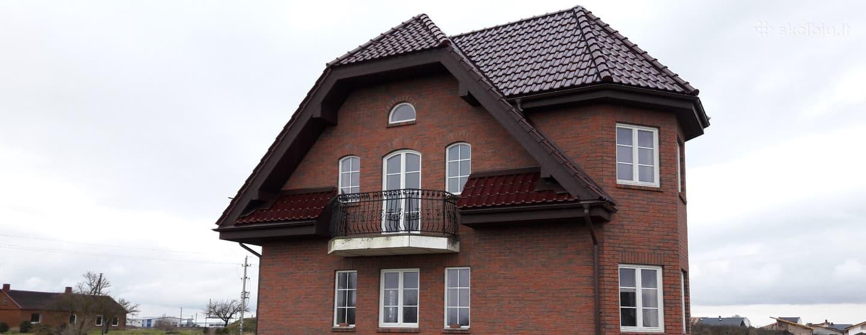 Užengiame gyvenamojo namo stogą Klaipėdos rajone.