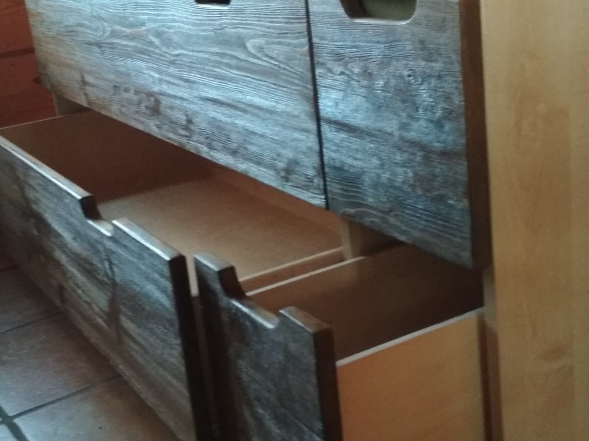 Siuvimo stalas. https://sites.google.com/view/jblinterjeras/stalai/siuvimo-darbo-stalas