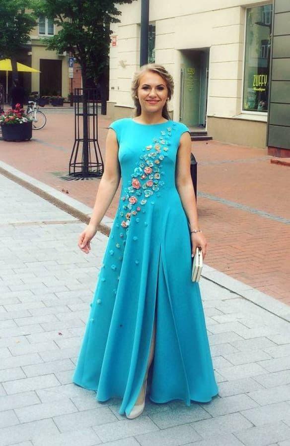 Individualiai sukurta, pasiūta ir rankų darbo gėlėmis dekoruota išleistuvių suknelė.