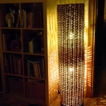 Aukštas interjerinis šviestuvas. Matmenys: 37cm skersmuo, 150cm h. Kaina: 54 €.