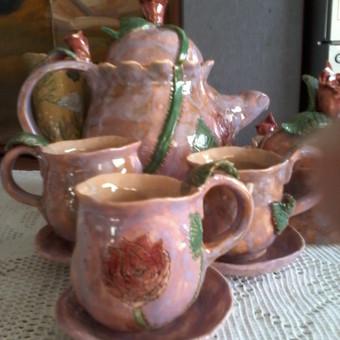 Parduodamas arbatos servizas (arbatinukas, 3 puodeliai su lėkštutėmis, cukrainė) .