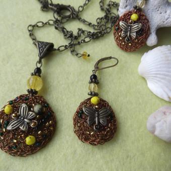 Komplektas ''Drugeliai'' Kaklo papuošalas ir auskarai. Nerta rudos spalvos vielutė, čekiškas stiklas, japoniškas biseris, žalvario spalvos detalės.