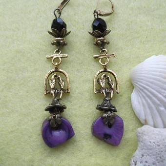 """Violetiniai vienetiniai auskarai """"Meilumas"""" Violetiniai koralai, čekiški kristalai, žalvario ir aukso spalvos detalės. Ilgis 6,5 cm."""