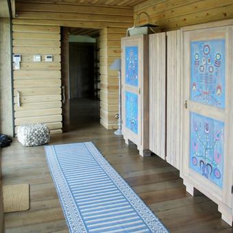 baldų dekoras liaudies motyvais užmiesčio sodyboje