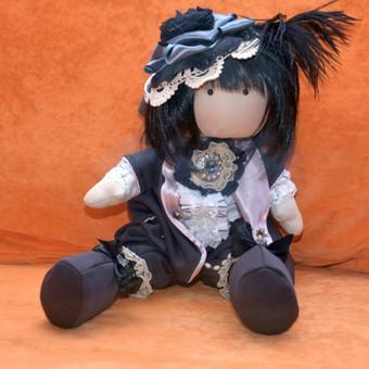 Lėlytė Choko (aušros vaikas) - tekančios saulės šalies mergytė, kurią kiekvienas svečias Jūsų namuose norės pamatyti. Padaryta naudojant pirmuosius tekančios saulės spindulius.  Kaina: 150 Lt. (perkant kelias lėles daroma nuolaida)