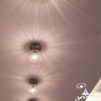 Koridoriui jaukumo piduoda specialiai parinkti švietuvai, kuriems šviečiant, lubose atsiranda spindulių žaismas.