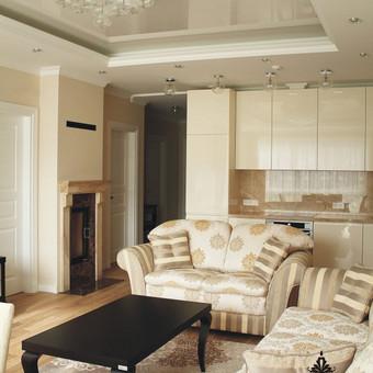 Norint sukurti didesnės erdvės pojūtį, virtuvės baldai parinkti sienų spalvos, naturalus akmuo, poliruoti paviršiai suteikia prabangos.
