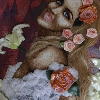 Sieninis paveikslas gobelenas. Reminta reprodukcija, siuvinėta juostelėmis ir siūlais ant gobeleno. Nuotaka, sakura ir lilijos. Siuvineta pagal uzsakyma. Paveikslas is privacios kolekcijos. Akr ...