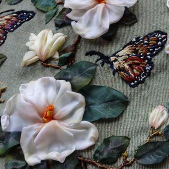 Remintas paveikslas, siuvinėtas juostelėmis ir vilna ant sieninio gobeleno. Akrilu tonuoti gėlės ir lapai . Ranku siuvinejimas Panaudota aplikacija. Tikslus siuvinėjimo ir jo tonavimo pakartojimas yra neįmanomas, kiekvienas išsiuvinėtas paveikslas yra vienintelis.  Magnolija.