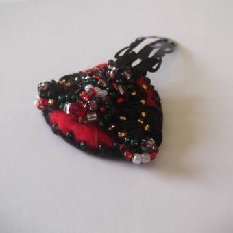 """Plaukų segė """"Raudona"""" Raudonos spalvos veltinio pagrindas, siuvinėta įvairių spalvų biseriu ir karoliukais. Juodos spalvos metalinis segtukas. Dydis: 3x3,7 cm. Bendras ilgis 7 cm."""