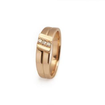 Auksinis žiedas su trijais briliantais