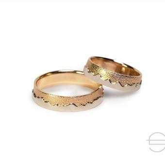 Raudono ir balto aukso vestuviniai žiedai.