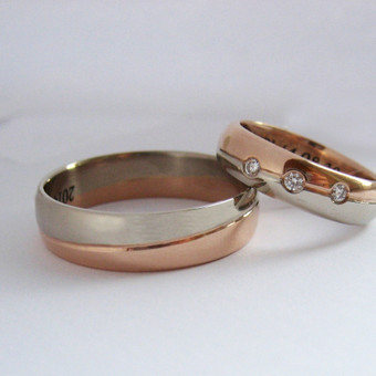 Dviejų spalvų vestuviniai žiedai. Moteriškas žiedas su trijais briliantais.