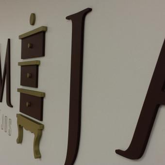 """""""Somėja"""" baldų salono tūrinis logotipas ant sienos BERRY baldų centre"""
