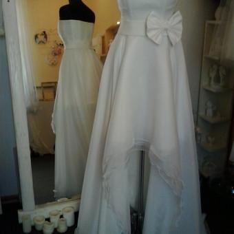 Vestuvine suknele transformeris.Trumpa, organzine  suknele,sijonas 4 sluoksniu:1 pagrindine medz.,3 organzos. Ant trumpos sukneles dedasi sijonas is 3 sluoksniu organzos, su ilgu sleifu. Sukneles akc ...