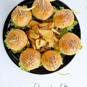 Naminiai burgeriai su kiauliena, jautiena, vištiena. Gaminame pagal užsakymą įvairiausiais kiekiais bei atvykstame į vietą paserviruoti ir padekoruoti furšetinio stalo.