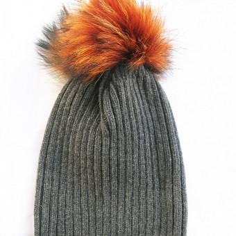 Stilinga minimalistinio dizaino kepurė su natūralaus kailio bumbulu. Universalus dydis tinka mažyliams, paaugliams ir mamytėms!  Patogu - bumbulas prisisega spaude, taigi skalbiant bumbulą gal ...