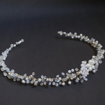 Rankų darbo pinta juostelė-tiara į plaukus.  Sudėtis: metalas, akrilo ir stiklo perliukai, kristalai, opalitas.   Vestuvėms, išleistuvėms, krikštynoms, pirmajai komunijai, mergvakarui ar  ...