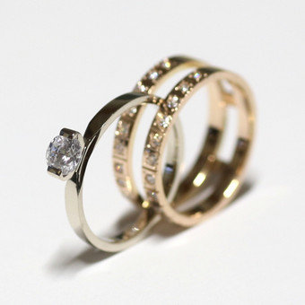 Žiedas žiede... Balto aukso žiedas įsideda į raudono aukso žiedą. Gali būti kaip sužadėtuvių ir vestuvių žiedas.