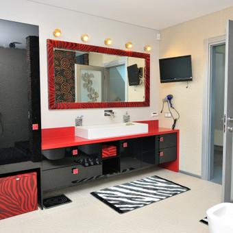 Raudonas coriano stalviršis, naturalios odos detalės pabrėžia šeimininkės energiją.