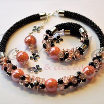 Puošnus koralo spalvos rinkinukas. Medžiagos - swarovski perlai, swarovski kristalai, keramika, stiklo kristalai, čekiškas biseris.
