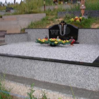 Naujai įrengta kapavietė, betonuoti pamatai, lipdytas granitas, pamato apdaila padaryta, pastatytas paminklas ir užpilta skaldelė.