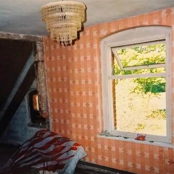 Taip atrodė rekonstruojamo namo II aukšto įrengimo darbų pradžia. Iš vieno kambario ir dviejų palėpių reikėjo padaryti du atskirus kambarius. Griovėme sienas, montavome sijas, šiltinome p ...