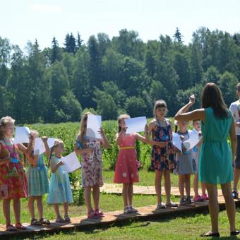 http://www.seimosvila.lt/ Galiu pravesti edukacinį vaikų gimtadienį.