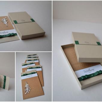 Kvietimas su dėžute. Dydis - 90 x 170. Dvi dalys - kvietimo pagrindas su tekstu ir dekoru bei dekoruota dėžutė. Kokybiška spauda + rankų darbas.