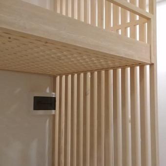 Sprendimas mažoms erdvėms (lova, sienelė, stalas su stalčiais pakopose ir palangės).  Medžiaga - medžio masyvas. https://sites.google.com/view/jblinterjeras/lovos/modelis-4
