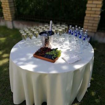 Aptarnaujantis personalas atvyks į šventės vietą ir paruoš stalelį su šviesia staltiese ir stiklinėmis taurėmis. Jums išėjus iš bažnyčios ar santuokos rūmų viskas bus paruošta, o po to sutvarkyta