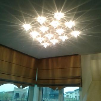 apšvietimas, sukurtas iš atskirų lubinių LED šviestuvėlių