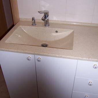 kriauklytės, išlietos kartu su stalviršiu, daro vonios kambarį estetišką ir labai praktišką