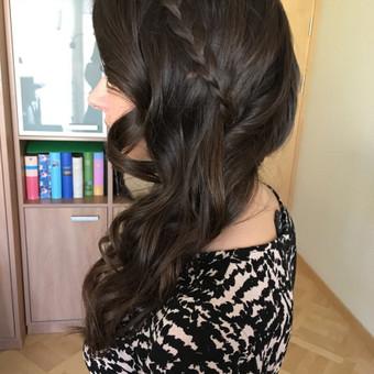 Šoninių garbanų šukuosenos variantas
