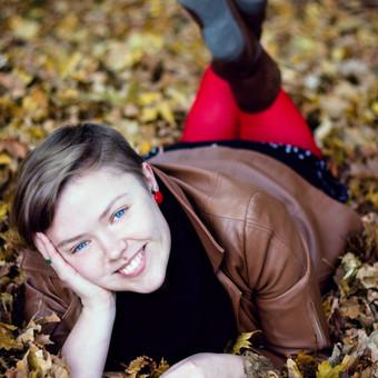 Gailė rudeniniuose lapuose (asmeninė fotosesija)