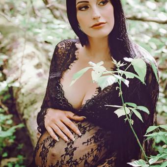 Fotosesija studijoje arba gamtoje. Nemokamai galėsite rinktis iš studijoje esančių nėštukių suknelių, taip pat dirbtinių gėlių vainikų. Kaina: 50e, su makiažu: 70. Fotosesija namuose: 60 ...
