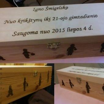 Dovanų dėžutė būsimam krikštasūniu - viduje butelis vyno, kurį paragauti galės tik užaugęs! :)