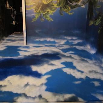 Debesų efektas, piešinys ant grindų. Piešinys sujungtas su foto tapetu.
