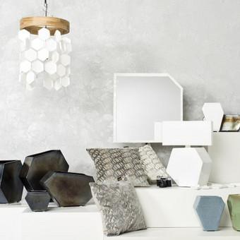 Kuriu ir gaminu įvairių formų bei spalvų interjero detales/aksesuarus: veidrodžių rėmus, šviestuvus, vazonus, vazas ir kitas keramines interjero detales.