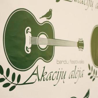 """Ilgiausiai Lietuvoje gyvuojantis nemokamas dainuojamosios poezijos ir gyvos muzikos festivalis """"Akacijų alėja""""."""