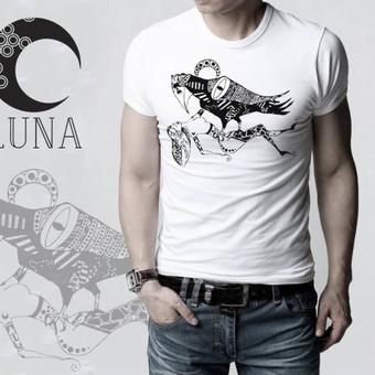"""Marškinėliai su autorine iliustracija pavadinimu """"Varnas"""" spaudos tipas- termo spauda."""